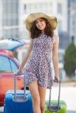Femme voyageant avec des valises, marchant sur la route Photos libres de droits