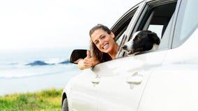 Femme voyageant avec l'animal familier de chien Images stock