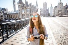 Femme voyageant dans la vieille ville de monsieur, Belgique Photos stock