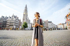 Femme voyageant dans la ville d'Antwerpen, Belgique Images stock