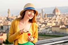 Femme voyageant dans la ville de Florence Images libres de droits
