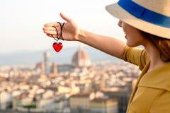 Femme voyageant dans la ville de Florence Photo stock
