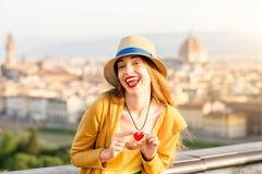 Femme voyageant dans la ville de Florence Photographie stock libre de droits