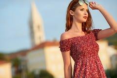 Femme voyageant dans la ville de Hvar Croatie image stock