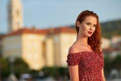 Femme voyageant dans la ville de Hvar Croatie photos libres de droits