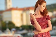 Femme voyageant dans la ville de Hvar Croatie images libres de droits