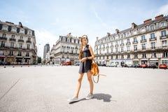 Femme voyageant dans la ville de Nantes, France Images libres de droits