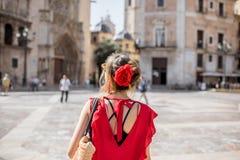 Femme voyageant dans la ville de Valence photos stock