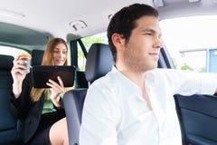 Femme voyageant dans le taxi, elle a un rendez-vous Photographie stock libre de droits