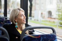 Femme voyageant dans le transport en commun image stock