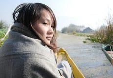 Femme voyageant en bateau Images libres de droits