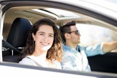 Femme voyageant en voiture avec son ami Photographie stock