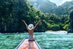 Femme voyageant sur le bateau en Asie photographie stock