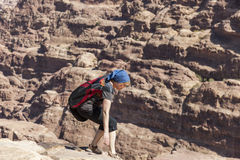 Femmes à Endroit élevé de sacrifice petra jordan image libre de droits