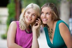 Femmes à l'aide d'un téléphone portable Photo libre de droits