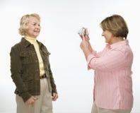 Femmes à l'aide de l'appareil photo numérique. Photo libre de droits