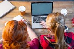 Femmes à l'aide de l'ordinateur portatif Photographie stock