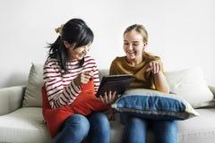 Femmes à l'aide du comprimé numérique ensemble Photo libre de droits