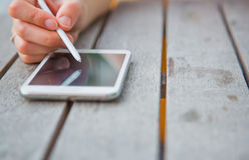 Femmes à l'aide du smartphone à extérieur Photos libres de droits