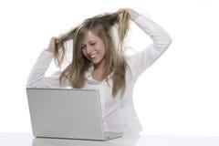 Femmes à l'ordinateur que vous tirez le cheveu Photo libre de droits