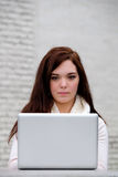 Femmes à l'université dactylographiant sur un ordinateur Photos libres de droits