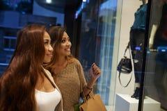 Femmes à la fenêtre de boutique Photos stock