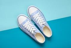 Femmes à la mode et x27 ; espadrilles de s avec les dentelles blanches des années 80 sur un fond en pastel bleu Vue supérieure Photos libres de droits