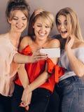 Femmes à la mode prenant le selfie Photographie stock