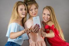 Femmes à la mode prenant le selfie Photo stock