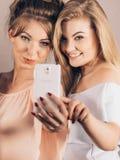 Femmes à la mode prenant le selfie Image libre de droits