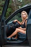 Femmes à la roue la voiture photos stock