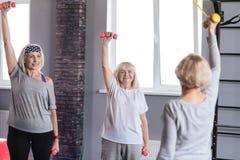 Femmes âgées joyeuses s'exerçant avec des haltères Photographie stock libre de droits