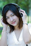 Femmes écoutant la musique Images stock