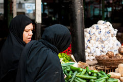Femmes égyptiennes musulmanes voilées achetant le légume Images libres de droits
