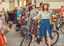Femmes élégantes dans la foule des personnes actives avec des cycles à la rétro croisière de festival cosplay Photo libre de droits