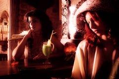 femmes élégantes de couples de café Photographie stock libre de droits