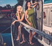 Femmes élégantes sur le vieux bateau Photos libres de droits