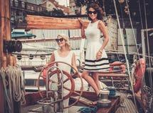Femmes élégantes sur un yacht Image stock
