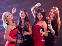 Femmes élégants grillant avec le champagne Images stock