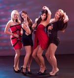 Femmes élégants grillant avec le champagne Photos stock
