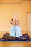 Femmes étirant des bras en gymnastique Image libre de droits