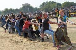 Femmes étrangères jouant un conflit images stock