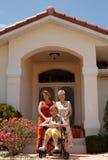 Femmes aînées devant la maison Photo stock