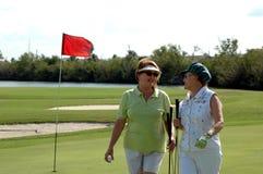 Femmes aînées jouantes au golf Images stock