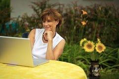 Femmes aînés avec l'ordinateur portatif Photographie stock libre de droits