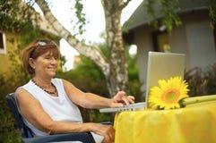 Femmes aînés avec l'ordinateur portatif Photo libre de droits