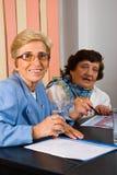 Femmes aînés d'affaires lors du contact Image libre de droits