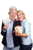 Femmes aînés heureux avec de l'argent Photographie stock