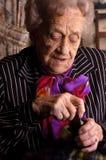 Femmes aînés ouvrant son medine Photo libre de droits