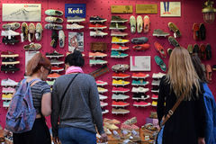 Femmes achetant des chaussures Photo stock